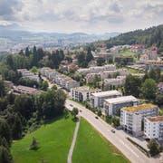 Blick von Wittenbach Richtung St.Gallen und Säntis: Hier an der Gemeindegrenze wächst die Stadt mit ihrer Nachbargemeinde nahtlos zusammen. (Bild: Ralph Ribi)
