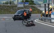 Die Polizei bei der Unfallaufnahme. (Bild: Kapo Obwalden)