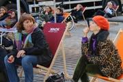 Symbolisch die Füsse hochgelegt, um gegen die Lohnunterschiede zwischen Mann und Frau zu protestieren: Weckruf der Frauen am Montag in der Marktgasse.