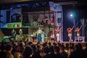Mit einem beeindruckenden Bühnenbild und leidenschaftlichem Spiel, Tanz und Gesang begeistern die Mitwirkenden des Musicals «Noël» das Publikum. (Bild: Andrea Stalder)