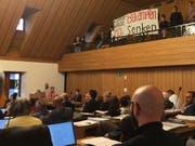 Klimadebatte am Dienstagnachmittag im St.Galler Stadtparlament: Junge Klimaaktivisten fordern per Transparent von der Zuschauertribüne herunter griffige Massnahmen gegen den Klimawandel. (Bild: Seraina Hess - 21. Mai 2019)