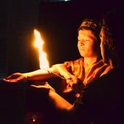 Dieser Bub trotz der Hitze der Flamme bei seiner Feuershow. (Bild: Christoph Heer)
