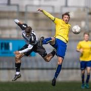 Wils Isak Beka und Uzwil-Spieler Kristian Nushi kämpfen um den Ball. (Bild: Michel Canonica)