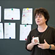 Die Werdenberger Autorin Alice Gabathuler bei einer Schulhaus-Lesung. Sie hat nun auch zwei Preise für Radio-Hörspiele erhalten. (Bild: Urs Bucher)