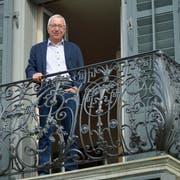 René Messmer steht auf dem Balkon seines renovierten Patrizierhauses mit dem gusseisernen Geländer. (Bild: Mario Testa)