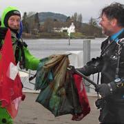 Regenschirme und Schraubenschlüssel: Viel mehr holten die Taucher dieses Jahr nicht aus den Tiefen des Rheins. (Bild: Ernst Hunkeler)