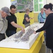 Viele Leute nutzten im April 2018 die Gelegenheit, an der Ausstellung die WOV anhand eines Modells zu besichtigen. (Bild: Paul Gwerder, Altdorf, 28. April 2018)