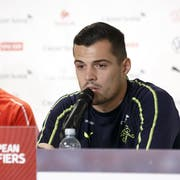 Granit Xhaka (rechts) sagt über Vladimir Petkovic: «Ich habe noch nie mit einem Trainer ein derart gutes Verhältnis gehabt.» (Bild: Salvatore Di Nolfi / Keystone)