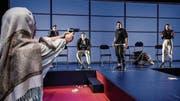 Wer die Waffe hat, hat die Macht im Klassenzimmer – «Verrücktes Blut» am Theater St.Gallen. (Bild: Tanja Dorendorf)