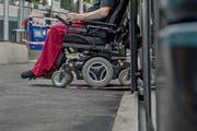 Längst nicht alle Haltestellen des öffentlichen Verkehrs sind behindertengerecht umgebaut. (Bild: Pius Amrein, Luzern, 29. August 2016)