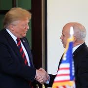 US-Präsident Donald Trump beim Händeschütteln mit dem Schweizer Bundespräsidenten Ueli Maurer vor dem Weissen Haus in Washington. (Bild: AP Photo/Manuel Balce Ceneta, 16. Mai 2019)