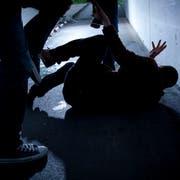 Der Täter liess nicht von seinem Opfer ab, auch als der junge Mann bereits am Boden lag. (Bild: Stefan Schaufelberger)