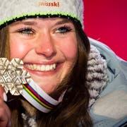 Bronzemedaillen-Gewinnerin Corinne Suter bei der Super-G-Siegerehrung. (Bild: Jean-Christophe Bott/Keystone (Åre, 5. Februar 2019))