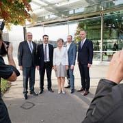 Die frisch gewählte Zuger Regierung (von links): Martin Pfister (CVP), Florian Weber (FDP), Silvia Thalmann (CVP), Andreas Hostettler (FDP) und Stephan Schleiss (SVP). Es fehlen Heinz Tännler (SVP) und Beat Villiger (CVP). (Bild: Stefan Kaiser (Zug, 7. Oktober 2018))