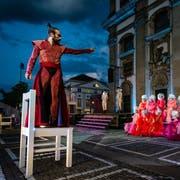 Die letzte Stunde hat für Jedermann (Matthias Schoch) geschlagen. Doch bei der Premiere des Stücks am Freitagabend auf dem Luzerner Jesuitenplatz hat er das Feiern noch nicht verlernt. (Bild: Ingo Höhn/PD)