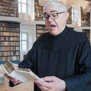 Pater Lukas Helg singt aus dem Codex Einsidlensis 121 aus dem Jahr 960/970. (Bilder: Boris Bürgisser, 29. Mail 2019)