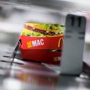 Der Big-Mac-Index schätzt die Kaufkraft eines Landes. (Bild: Gaëtan Bally/Keystone, Regensdorf, 21. August 2007)