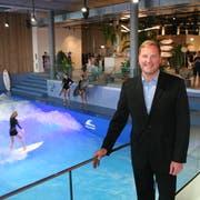 Mall-Centermanager Jan Wengeler vor der Oana-Surfwelle – deren Eröffnung war für ihn der Höhepunkt des ersten Mall-Jahres. (Bild: hor (Ebikon, 7. November 2018))