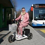 Cornelia Stocker mit ihrem E-Scooter, den die VBL aus Sicherheitsgründen nicht transportieren will. (Bild: hor, Meggen 27. März 2019)
