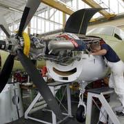 Ein Flugzeug des Typs PC-21 der Pilatus wird in Stans zusammengebaut. (Bild: Keystone (5.Oktober 2007)).