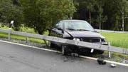 Am Auto und der Strassenanlage entstand ein Sachschaden von mehreren tausend Franken. (Bilder: Kapo)