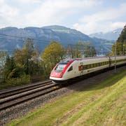 Ein Neigezug der SBB am Urnersee unterwegs Richtung Tessin. (Bild: SBB)