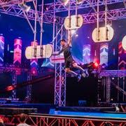 Simon Weiss muss sich von Tafel zu Tafel schwingen. Beim Sprung zur letzten Tafel fiel er ins Wasser. (Bild: TV24)