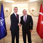 Der türkische Aussenminister Mevlüt Cavusoglu (rechts) Anfang des Monats mit Nato-Generalsekretär Jens Stoltenberg in Ankara. Bild: Cem Ozdel/EPA (6. Mai 2019)
