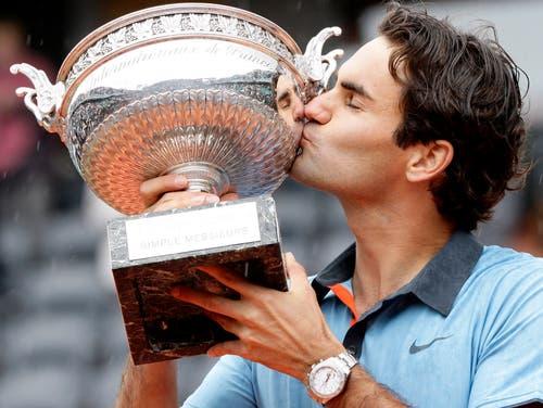 French Open 2009: Federer s. Söderling 6:1, 7:6 (7:1), 6:4Es ist ein Meilenstein für Roger Federer. Endlich holt er sich einen Grand-Slam-Titel auf Sand. «Ich schätze diesen Titel sehr hoch ein. Es war ein langer, harter Weg. Die Leute redeten ja von einem Komplex. Viel Druck kam von den Medien, oft hiess es, ich könne Paris nicht gewinnen.» Vor ihm hatten nur fünf Spieler (Fred Perry, Don Budge, Rod Laver, Roy Emerson und Andre Agassi) alle vier grossen Tennis-Turniere in Melbourne, Paris, Wimbledon und New York gewonnen. Federer war seit seinem Sieg bei den French Open im Juni 2009 der Sechste. Ein Jahr später zog Rafael Nadal nach.