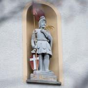 In ritterlicher Montur mit Palmwedel als Symbol des Märtyrertums und einer Lanzenfahne: der hl. Mauritius, Kirchenpatron von Niederwil, in seiner Nische. (Bild: Maria Schmid, Niederwil Cham, 12. April 2019 )