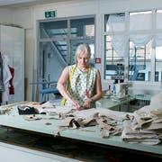 Die Designerin Mirjam Roosdorp macht aus alten Schwingerhosen massgeschneiderte Schwingröcke in ihrem Atelier. (Bild: Maria Schmid, Neuägeri, 18. Juli 2019 )