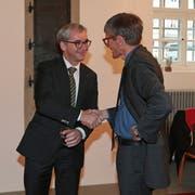 Erich Ettlin (links) nimmt die Gratulation von Nationalrat Karl Vogler zur Wahl als neuer Ständerat entgegen. (Bild Zbinden (Sarnen, 15. November 2015))