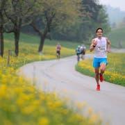 Ein Läufer kämpft sich am Zugerberg Classic die Strecke hinauf. (Bild: Maria Schmid (Zug, 6. Mai 2018))