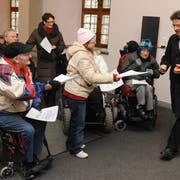 Behinderte demonstrieren vor einer Kantonsratssession für Behindertenfahrdienste zu ÖV-Tarifen. (Bild: Boris Bürgisser, Luzern, 24. Januar 2011)
