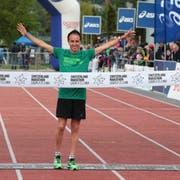 Viktor Röthlin, posiert im Ziel des Switzerland Marathons. (Bild: Roger Zbinden (Sarnen, 6. September 2015))