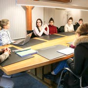 David H. Bon und Bettina Beck im Gespräch mit Vertretern des Schülerrats bezüglich des Jugendtreffs. (Bild:PD)