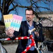 Stadtrat Urs Raschle demonstriert, wie der QR-Code auf der Vignette gescannt werden kann. (Bild: Maria Schmid, Zug, 29. März 2019 )