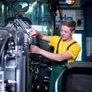 Die Leistung der Motoren, die Landmaschinenmechaniker Christof Röllin wartet, variiert stark: von fünf bis zu 400 PS. (Bild: Maria Schmid, Baar, 7. August 2019)