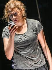 Lisa-Katrina Meyer als Nora im gleichnamigen Stück in der Schiffbau-Box des Schauspielhauses Zürich.