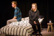 Petra Effinger steht gemeinsam mit Simon Keller als Paar auf der Bühne. (Bild: PD)