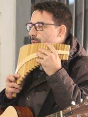 Volle Konzentration: Remo Daguati mit seiner selbst gebauten Panflöte.