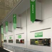 Nicht nur weit oben, sondern auch direkt über den Schlitzen sind die Schilder beim RAZ nun angebracht. (Bild: PD/Markus Früh)