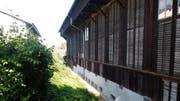 In diesem Bord zwischen Pfarreizentrum Klösterli (links) und altem Werkhof wird die neue Entlastungsleitung für den Stadtbach erstellt. Bild: Stefan Hilzinger