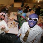 Mindestens 90 Prozent sind verkleidet: Gut gelaunte Fasnächtler am Bröggler Ohrenball. (Bild: Sam Thomas, 22. Februar 2009)