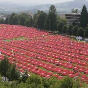 Die rote Gigathlon-Zeltstadt Anfang Juli 2009 auf der Kreuzbleiche. (Bilder: Hanspeter Schiesse - 3. Juli 2009)