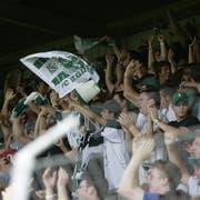 Grosser Jubel mit den Fans: Am 30. Juli 2006 schlägt der FC St.Gallen im Espenmoos den FC Basel mit 3:1. Francisco Aguirre erzielt alle drei St.Galler Treffer. (Bild: Trix Niederau)