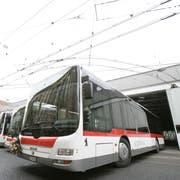 Blick ins heutige Depot der VBSG an der Steinachstrasse. Wenn die Autobusse nicht - wie im Bild - unterwegs sind, herrscht in der Halle grosses Gedränge. Und der Platz wird angesichts steigender Fahrzeugzahlen immer knapper. (Bild: Benjamin Manser - 23. Juli 2018)