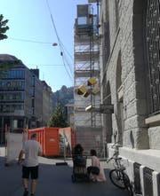 Das Baugerüst samt Mulde und Absperrungen an der Gutenbergstrasse sind unübersehbar. Beides wurde direkt neben dem Eingang zur Bibliothek Hauptpost aufgestellt. (Bild: Marlen Hämmerli - 16. Juli 2019)