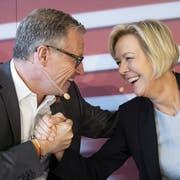 Andreas Meyer, CEO SBB, und VR-Präsidentin Monika Ribar geben sich nach einer Medienkonferenz die Hand. (Bild: Peter Klaunzer/Keystone)