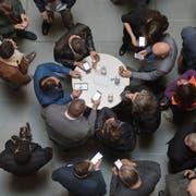 Impressionen aus dem Regierungsgebäude am Tag der Kantonsratswahl 2019. Im Bild: Alle checken die Resultate mit den SmartphonesBoris Bürgisser / LZ